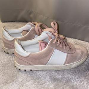 Äkta valentino skor köpta för länge sen i Marbella 💓 I Valentino-skor går man ner i storlek då de är större i storleken sp jag skulle säga att de passar 36. Köptes för länge sen och kan inte hitta äkthetsbevis, de säljs därför för ett lägre pris