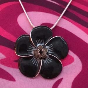Ett fint halsband med en svart blomma!