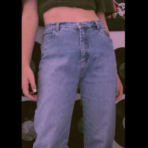 jättesnygga raka jeans i storlek 38. dom här jeansen är superbekväma och ger mig lite 70's/80's vibes. Köparen står för frakt 🚚 ❤️
