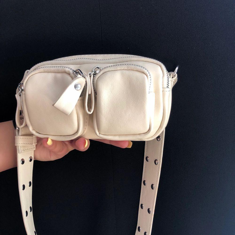 Trendig oanvänd handväska från Gina Tricot, med mycket utrymme. Krämvit/beige i färgen och passar till alla tillfällen!! Lång kedja ingår. Säljes på grund av att den inte kommer till användning. Köpt på Zalando, nypris: 279kr. Köpare står för frakt, men kan även mötas upp. Pris kan diskuteras så båda blir nöjda :). Accessoarer.