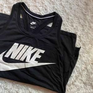 Enkelt och snyggt träningslinne från Nike i en något längre modell. Perfekt till all typ av träning, luftigt och skönt tyg! 🌸 I jättefint skick.