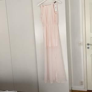 Rosa maxiklänning från Gina tricot. Ny med tags kvar.