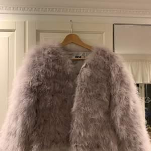 Dream Jacket i färgen Ice och storlek S från Dennis Maglic. Nästintill oanvänd. Går att stänga med knappar. Köpt för 1229kr. Fraktar endast!🦋🦋💫