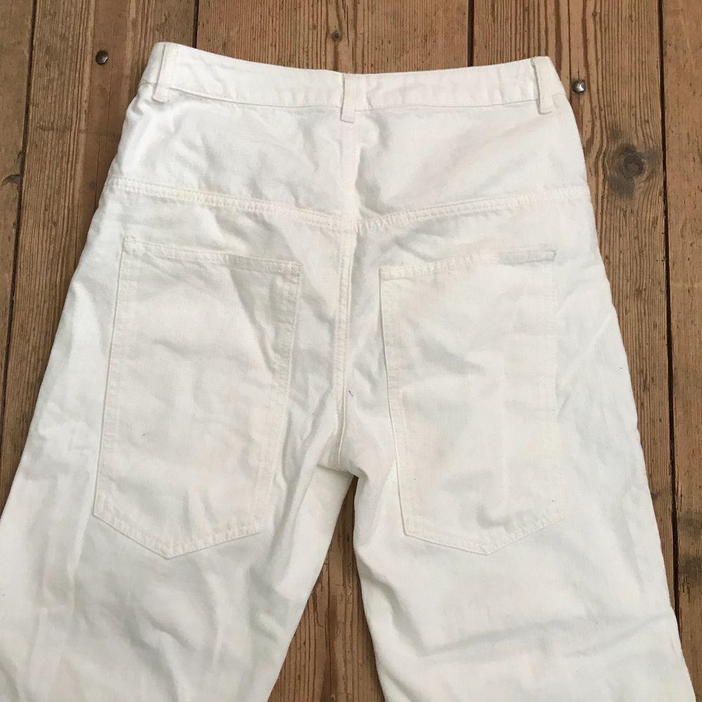 Vita jeans med hål vid knäna från Asos. Loose fit. Waist 26/30. Aldrig använda, endast prövade. Lite skrynkliga för de har legat i garderoben. Frakt tillkommer 🌹. Jeans & Byxor.