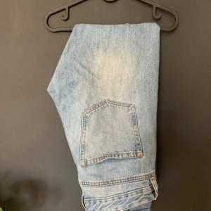Jeans ifrån carlings som blir lite smalare nertill ! Storlek 30, jag är 1.73 och väger 69kilo och är lite för stora i midjan för mig! 🤡🤡 125kr inklusive frakt