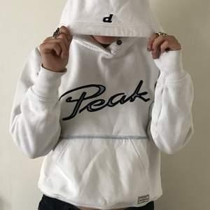 Vit peak performance hoodie med 05 på baksidan