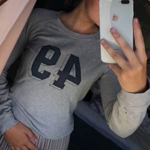 En grå sweatshirt från Gant. Den är skön och passar till det mesta.