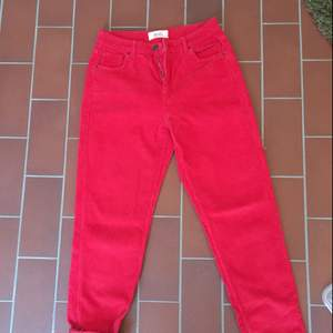 BDG cord jeans från urban outfitters. Super sköna och snygga på men lite för stora för mig. Jätte härlig röd färg, dom är aldrig använda :)