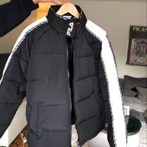Fila jacka, inte använd! Lapp finns kvar- jättemysig men jag hinner inte använda tyvärr. Ordentlig vinterjacka. Endast seriösa köpare!!