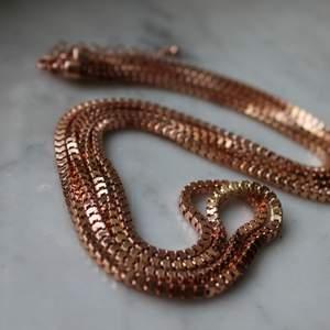 Bronsigt halsband från ur och penn. (35 cm) Välanvänd men i bra skick. Upphämtning i Borås och i annat fall tillkommer fraktkostnad. Betalning sker via swish innan plagget levereras/hämtas upp.