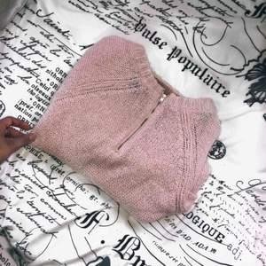 En rosa stickad tröja, den är lätt att ha på sig. Första bilden är baksidan av tröjan, då det är guld blixtlås