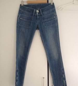 Ljusa Pepe jeans. Dragkedjor vid benslut.