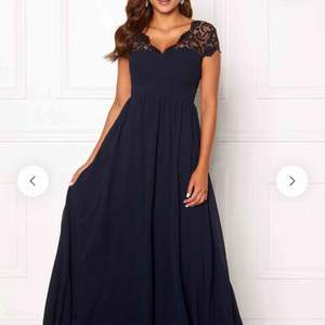Mörkblå balklänning med fint fall. Aldrig använd, lappar sitter kvar. Säljer då jag har hittat en som passar mig bättre.