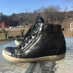 Ett par svarta sneakers i läder med klack! Strl 37. Använt skick! Frakt tillkommer