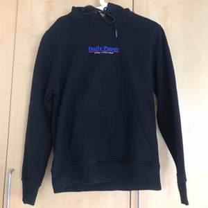 Daily Paper hoodie i herrmodell storlek S. Använd fåtal gånger och väldigt bra skick. Nypris: 950kr Fraktkostnad 50kr