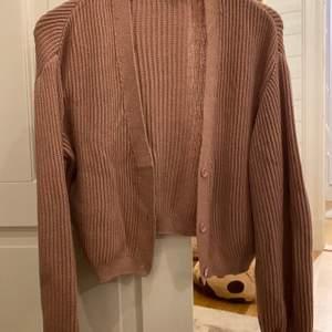 Stickad kofta från nakd i gammal rosa färg, super fin men kommer inte till användning
