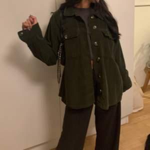 Säljer denna gröna jätte fina jacka från pieces, knappt använd och köpte den för 600kr, säljer nu den för 200kr plus frakt 63kr 🤝💜🕺🏻