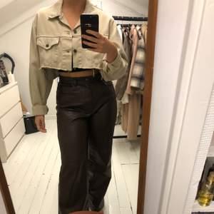 Vintage levi's jacka köpt i en second hand butik i Paris. Oversized och croppad. Beige jeansjacka