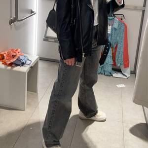 Säljer mina populära zara jeans som endast är använda ett fåtal gånger. Samma modell som jeansen på första bilden men säljer dem som är på andra bilden. Går ända ner till marken på mig som är 170 cm. Säljer pga att jag inte får användning av dem. Vid många intresserade blir det budgivning. Köpare står för frakt 95 kr. (Andra bilden är lånad)