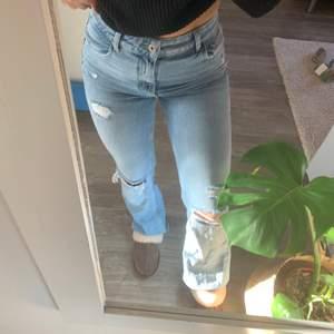 Säljer dessa snygga slutsålda jeans från bershka!! Dem är i strl 38 men de är mer som en strl 36! Har bara använt dom en gång så dem är precis som nya! Köparen står för frakt
