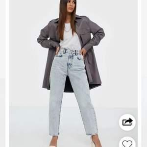 Säljer liknande byxor som på bilden, fats märket är Nly trend. Använda Max 2 gånger pga tycker int dem sitter snyggt på mig,lite för stora. Skriv om ni vill ha egna bilder💜 Strl 32 men passar en 34 med!!👼🏼🥰 frakt tillkommer