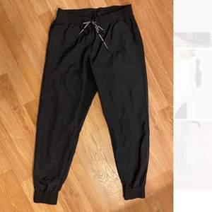 Helt nya så aldrig använda Peak byxor i storlek S. Säljer dom för bara 150kr+frakt 44kr💞