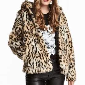 Leopard jacka i strl L, lite mindre i storlek skulle jag säga (sista bilden är hur den sitter på mig) super gosig med luva och fickor