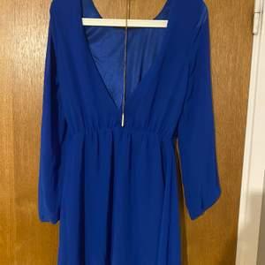En blå klänning i bra skick, storlek 36 vill sälja den för 80 kr