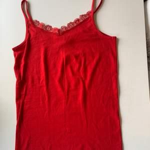 Budgivning i kommentarerna, från 50kr. Frakt ingår ej. Jag säljer ett rött linne med spets upp till, i st XS från Only. Fint skick. Swipe för fler bilder.