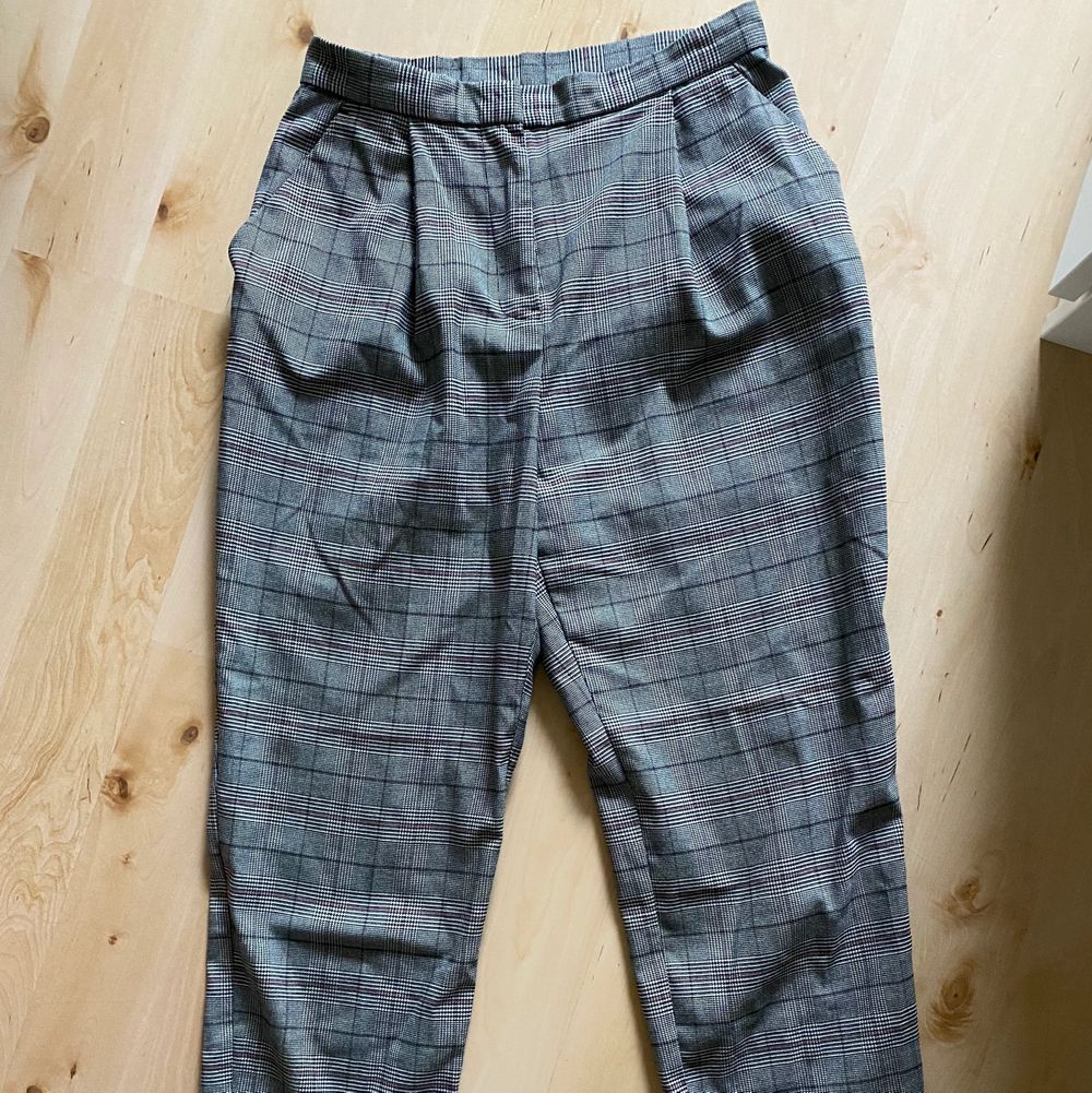 Ett par rutiga kostymbyxor ifrån HM                                            Säljs pågrund av att dem är förkorta. Jeans & Byxor.
