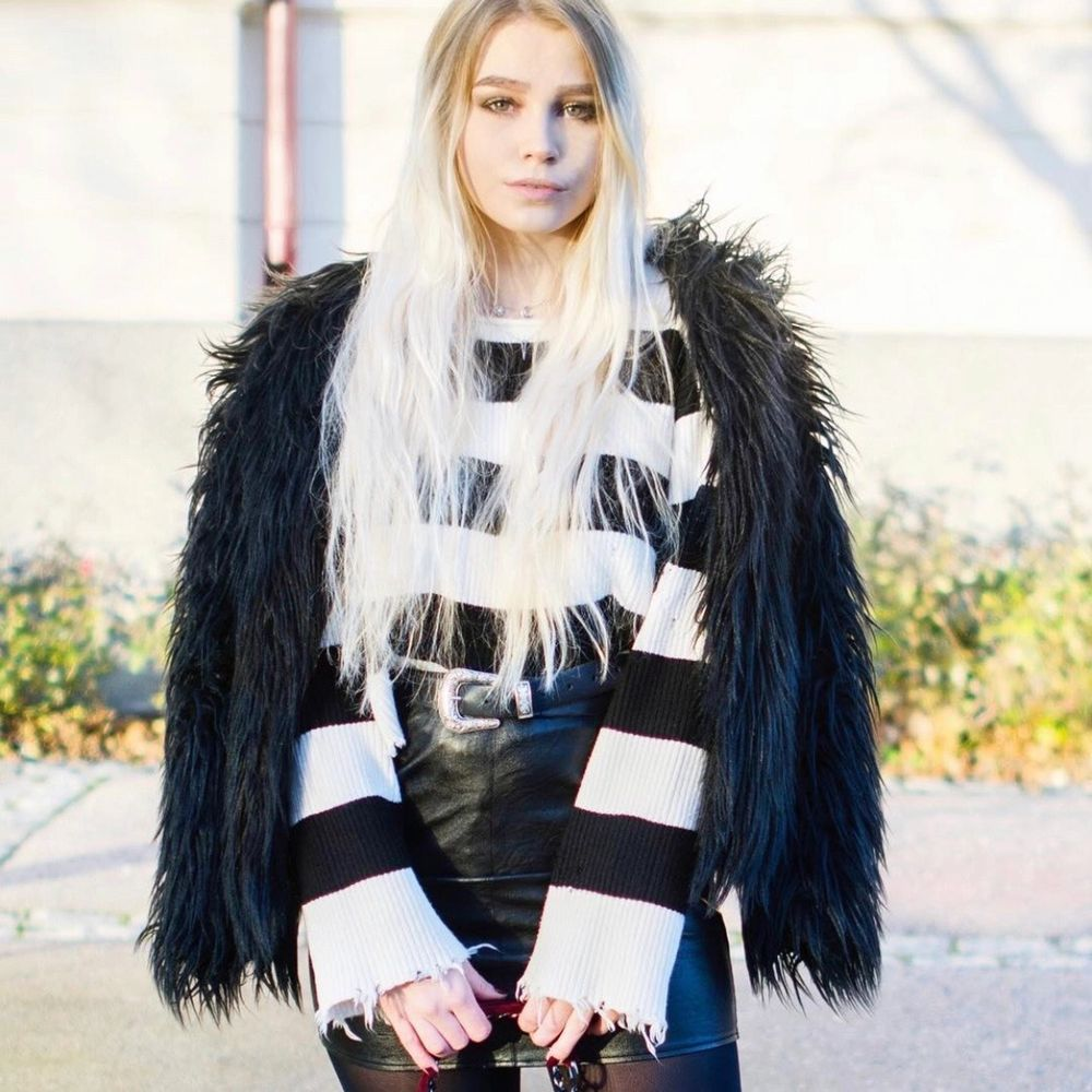 Randig stickad tröja med slitningar och hål (som ska vara där) från Zara. Storlek S. Lite kortare modell.. Tröjor & Koftor.