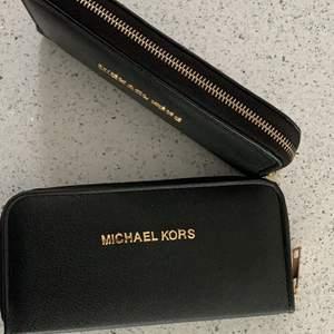 Michael kors plånbok med gulddetaljer många kort och myntfack              200kr styck            . Nytt.                             Alla är en mycket bra kvalitet kopia. Hämtas kan frakta  55kr   Spårbar frakt