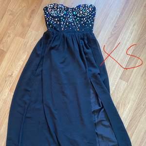 Helt ny så aldrig använd klänning i storlek xs. Vid snabb affär så säljer jag den för bara 300kr + frakt 💞 filmar alltid bär jag skixkar