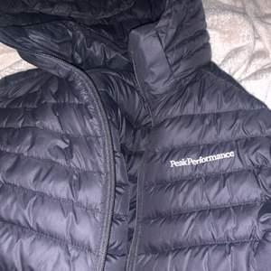 Varm peak performance dun jacka säljs i storlek Xs och är i väldigt bra skick.