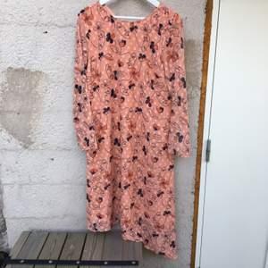 Superhärlig klänning från visual clothing project. Jättefint skick förutom att knappen i nacken är borta men på lappen med tvättråd medföljer en exakt likadan knapp.