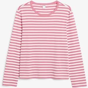 Super härlig långärmad tröja med rosa ränder från monki i väldigt bra skick då jag ej har använt den. pris kan diskuteras!