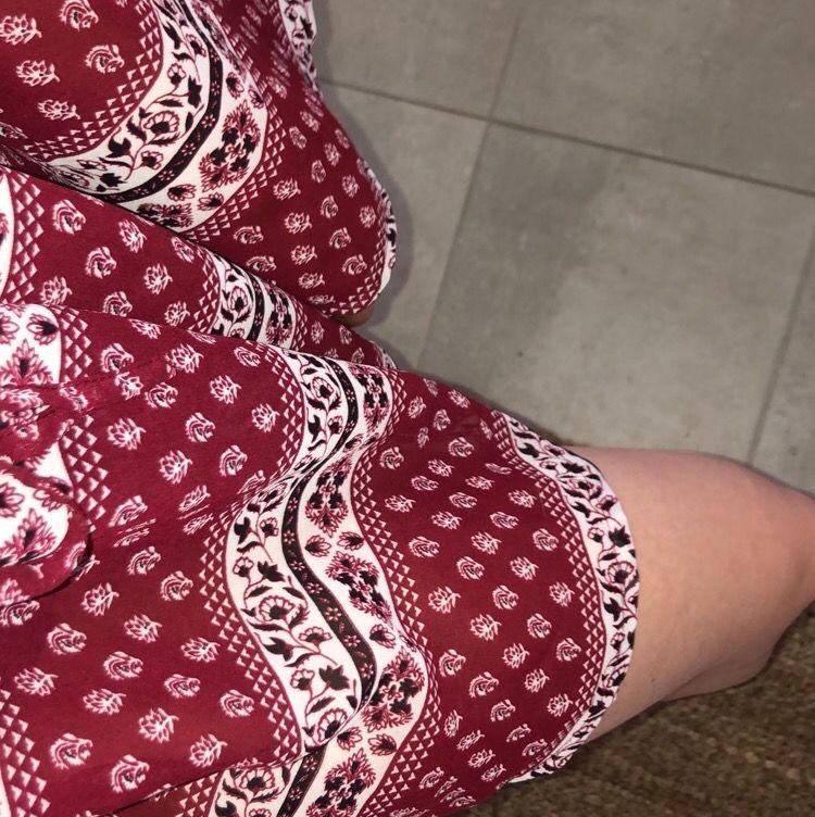 Säljer den här fina klänningen som är köpt på SALT i Stockholm! Tunn i materialet så skön att ha nu på sommaren! Vida armar och man kan knyta i midjan 🌸 frakten är inkluderad! . Klänningar.