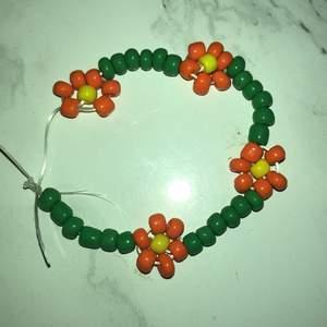 Hemmagjort armband med blommor det är jättefint det är lite litet så ni vet är det några frågor är det bara att skriva