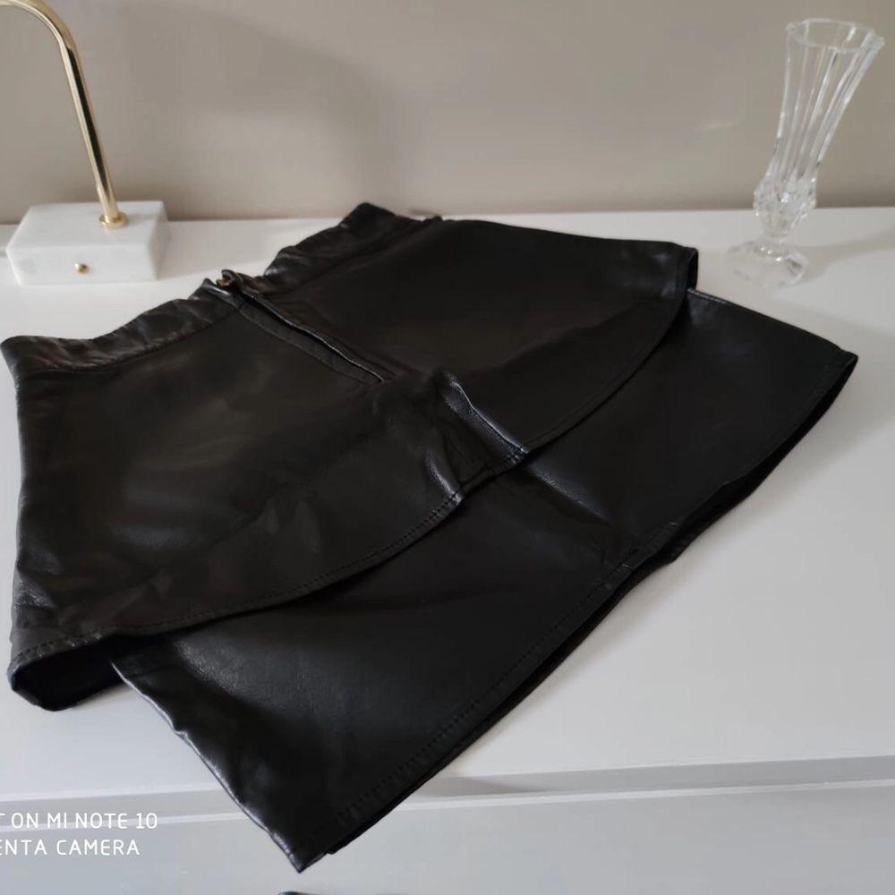 Kort volang kjol i läderimitation/ skinn från Gina tricot i strl 34 • köparen står för frakt  • Jag ansvarar ej för postens eventuella slarv. . Kjolar.