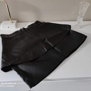 Kort volang kjol i läderimitation/ skinn från Gina tricot i strl 34 • köparen står för frakt  • Jag ansvarar ej för postens eventuella slarv.