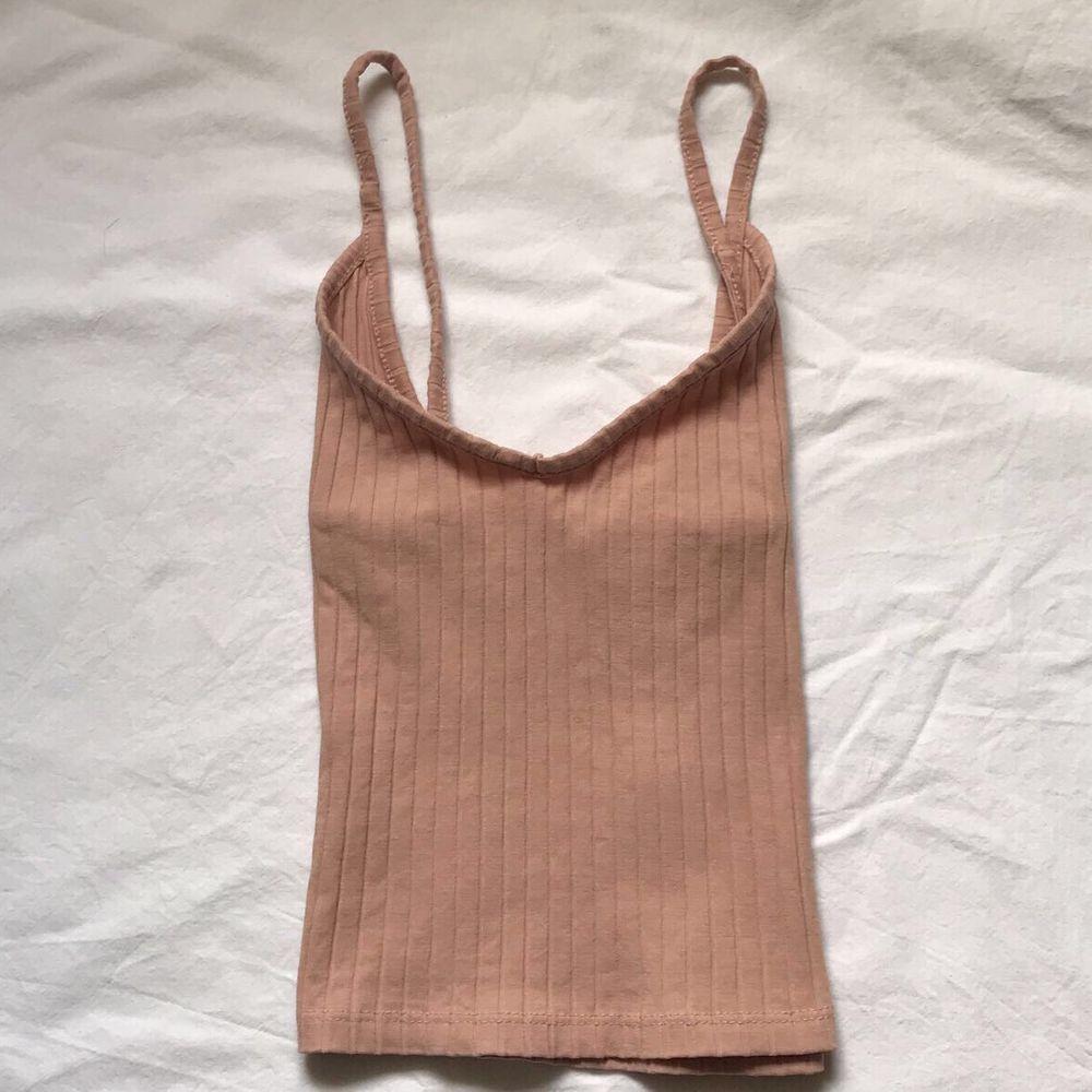 Säljer ett fint ribbat linne i rosa! Storlek S men skulle säga att det är litet i storlek så mer en XS! . Toppar.