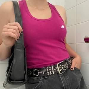 Snygg topp/linne från Nike med liten vit logga framtill (svep för bild) Passar stl XS-M (jag har S). Den är i väldigt fint skick! Finns inte i butik längre, kostade ca 500kr ny🦋🦋