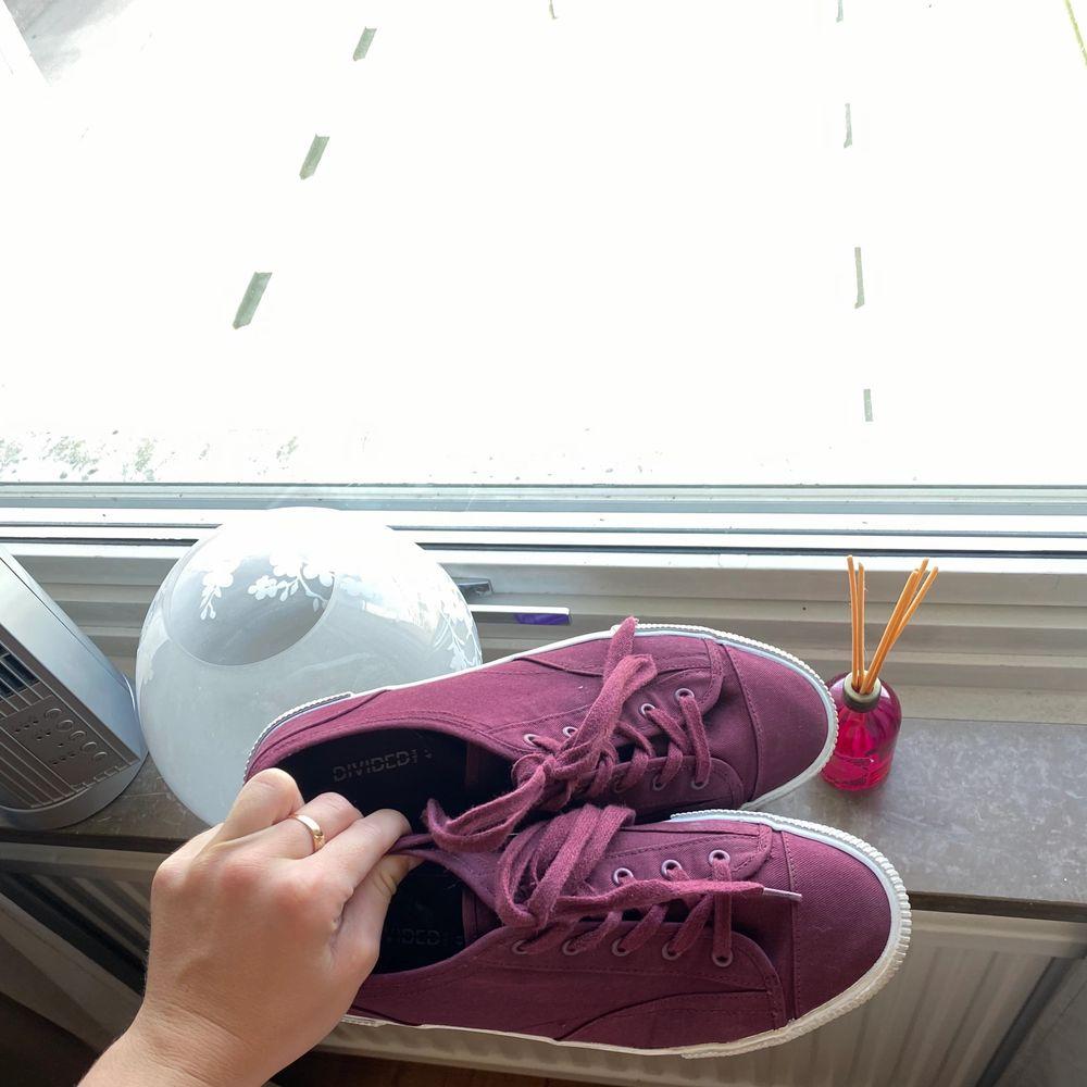 Säljer dessa knappt använda skorna från hm.. Skor.