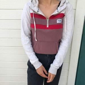tunn zip-up hoodie från victoria's secret pink i röd/creme/blek lila med dragkedja upptill och luva. inga fläckar/skador!