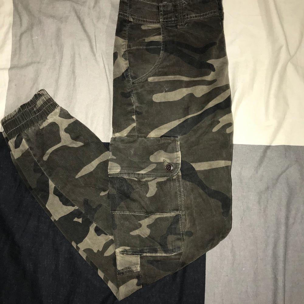 Cargo byxor av Jack and Jones, camouflage.. Jeans & Byxor.