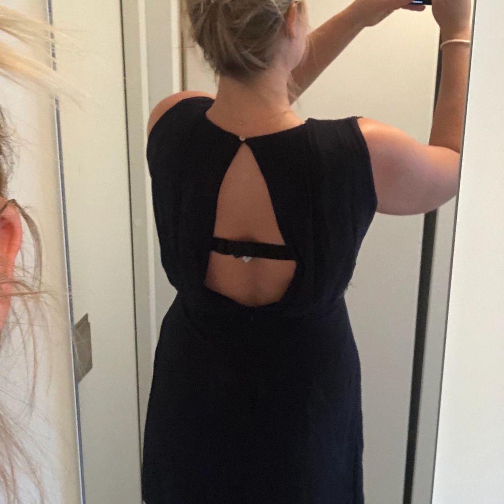 Jättefin klänning från Zara med chiffong och brodyrdetaljer i guld i midjan. Färgen är väldigt mörk blå men nästan svart. . Klänningar.