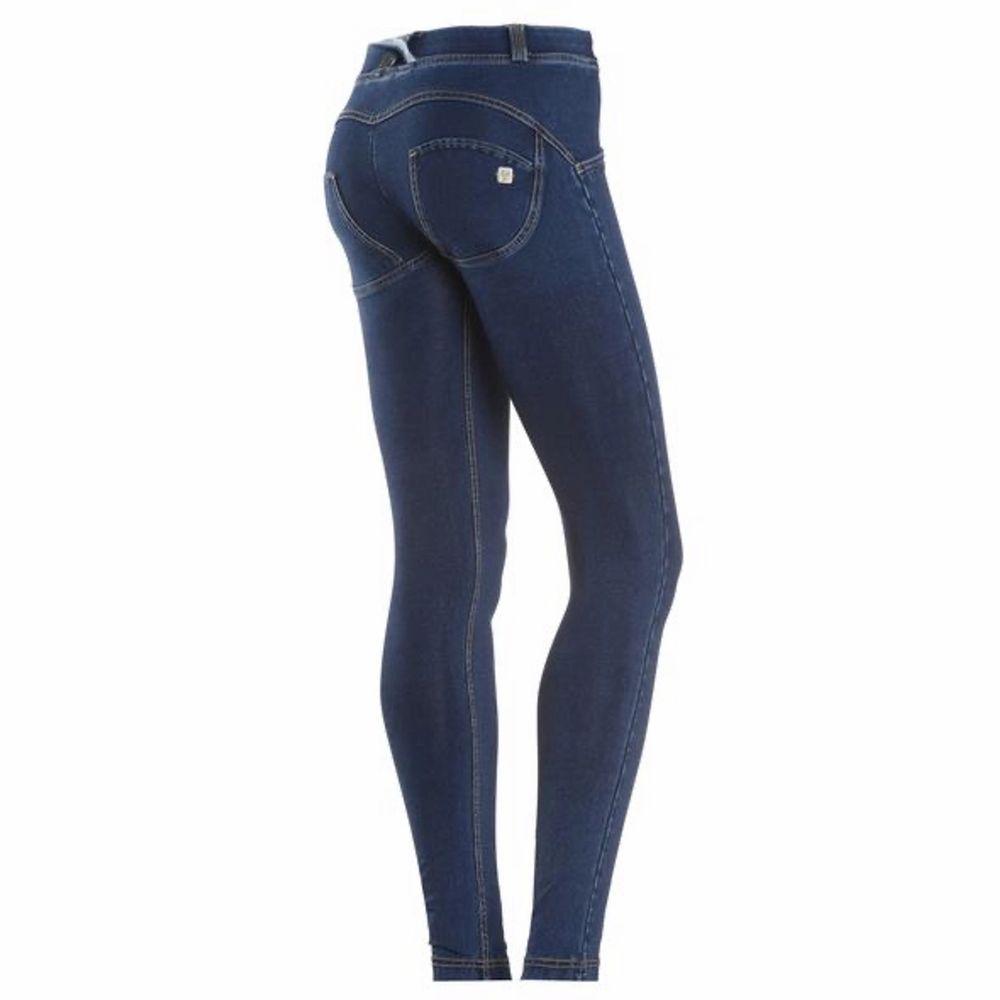 Jeans från Freddy WR.UP som ska forma rumpan. Strl 38 (känns dock mindre i strl). Nypris ca 1.200 kr/st. Jag har ett par mörka och ett par ljusare OANVÄNDA där jag är öppen för bud/prisförslag. Frakt tillkommer🌸. Jeans & Byxor.