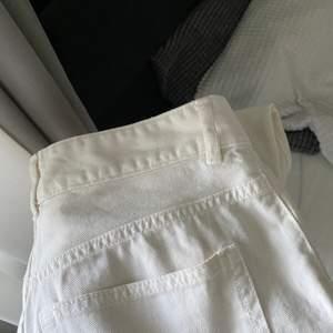 Vita superfina jeans som jag inte tycker passar just mig, rätt nya så inte så använda. Fraktar eller möts upp i Göteborg