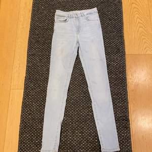 Högmidjade ljusblåa jeans från Bikbok!