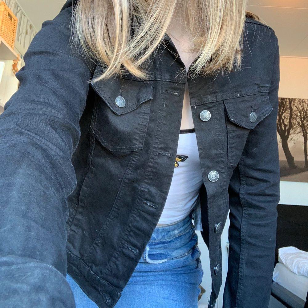 Säljer min svarta jeansjacka. Den är använd en hel sommar men är som nyskick. Inga skador någonstans men tvättar såklart innan försäljning. Säljer pga något kort i armarna och inte min stil. (Bär vanligen S så denna passar också XS). Jackor.